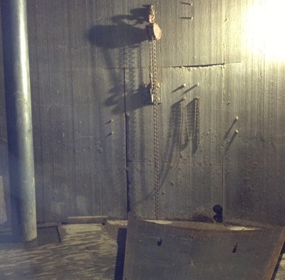 Bố trí balang để hạ tấm bê tông xuống an toàn