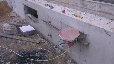Cắt tường bê tông bằng hệ thống đường ray với lưỡi cắt kim cương