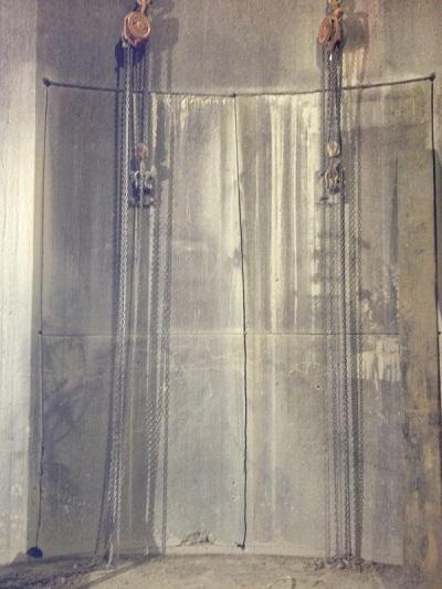 Sử dụng balang đôi để hạ tấm bê tông đã cắt xuống an toàn